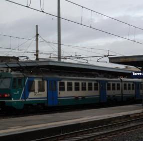 treno per castellammare bloccato senza ragione a torre annunziata