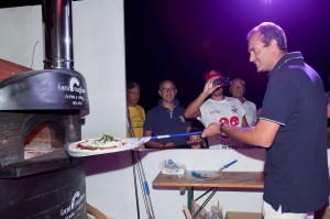 sindaco de Magistris inforna una pizza al Napoli Pizza Village