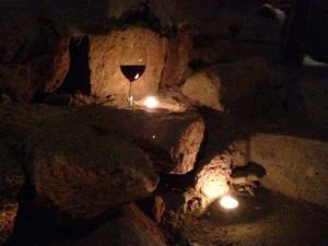 Bicchieri di Aglianico custoditi nelle viscere della terra partenopea